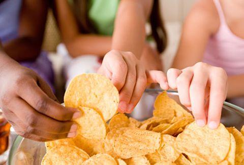 Trẻ em và người lớn đều yêu thích khoai tây chiên thực phẩm có nguy cơ gây ung thư.