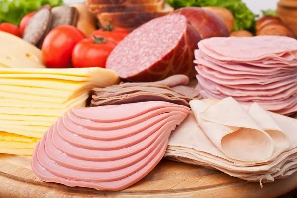 Cảnh báo nguy cơ ung thư cao từ xúc xích, thịt xông khói.