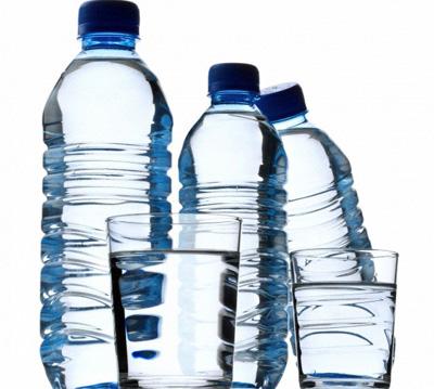 Nước uống đóng chai để lâu trên ôtô dễ bị ung thư