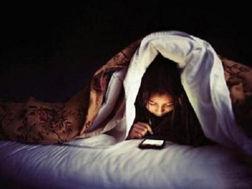 Bạn có biết thói quen thức khuya dùng điện thoại gây ung thư không?