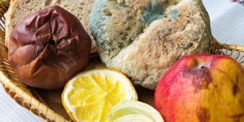 Hoa quả bị nấm mốc là những thực phẩm dễ gây ung thư.