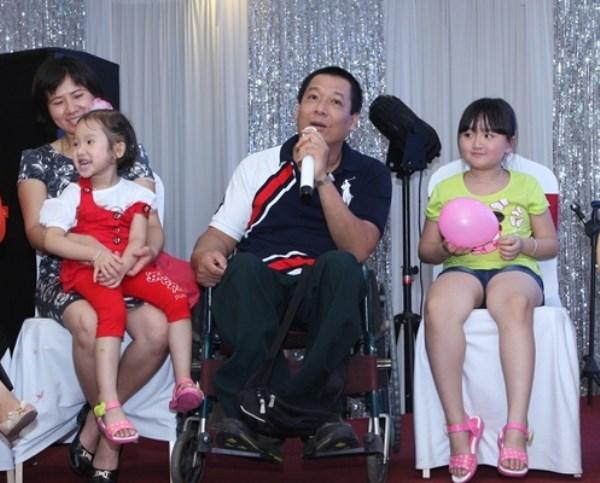 """Anh Đỗ Đại Dương (ngồi xe lăn) cùng các cặp vợ chồng có con bằng thụ tinh ống nghiệm chia sẻ về hành trình """"đi tìm con"""" của mình"""