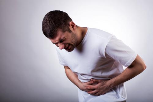 Viêm loét bờ cong nhỏ gây ra cơn đau bụng dữ dội.
