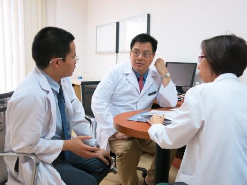 Bác sĩ Wenson trao đổi về việc khám bệnh ung thư tại Vinmec