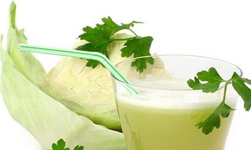Sử dụng nước ép bắp cải là cách hỗ trợ chữa bệnh đau dạ dày rất tốt