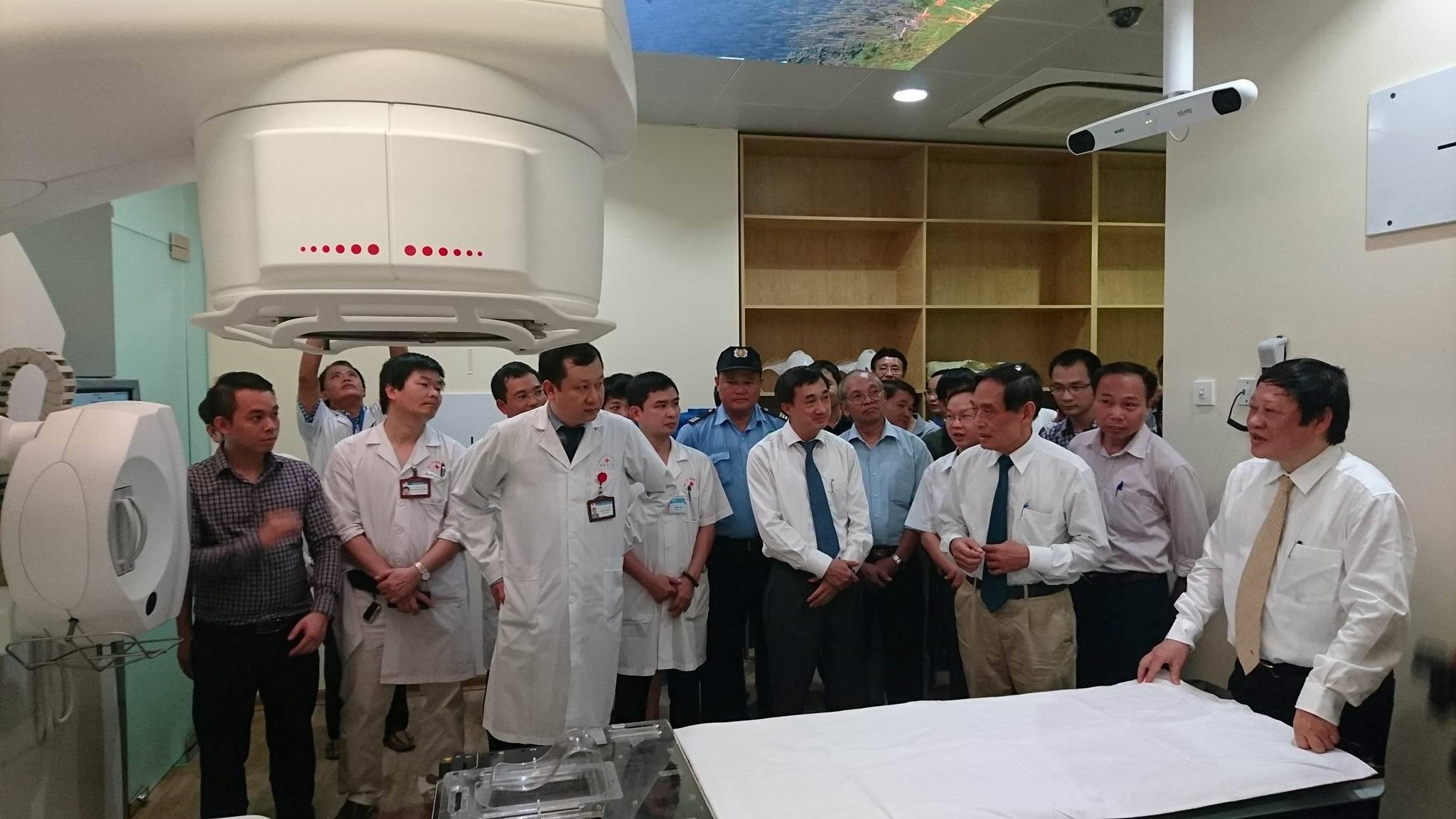 Các chuyên gia giới thiệu với Thứ trưởng Bộ Y tế Nguyễn Viết Tiến về tính năng của máy xạ trị ung thư hiện đại nhất Việt Nam đưa vào sử dụng tại bệnh viện K
